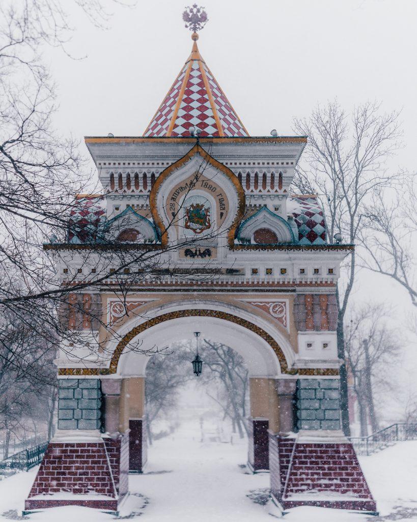 Nikolai Triumphal Arch in the snow
